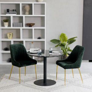 Krzesło tapicerowane z aksamitu Ava. Ciemnozielona butelkowa tapicerka i złote nogi. Cena: 569,90 zł. Westwing
