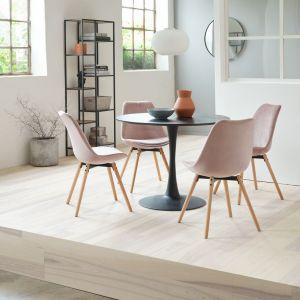 Welurowe różowe krzesła Kastrup z nogami z dębu. Cena: 250 zł. Jysk