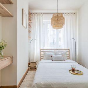 Mała sypialnia w bloku urządzono została w bieli i z dużą ilością drewna. Projekt i stylizacja wnętrza: Ola Dąbrówka, pracownia Good Vibes Interiors. Fot. Marcin Mularczyk