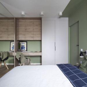 Mała sypialnia w bloku z szafką i miejscem do pracy. Projekt: Ilona Paleńczuk z zespołem, pracowania IP Design. Fot. Karolina Chęcińska