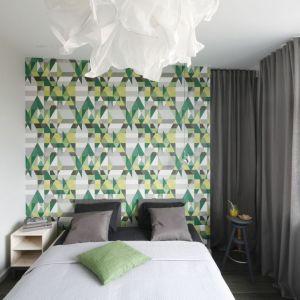 Mała sypialnia w bloku z ciekawą tapetą zdobiącą ścianę za łóżkiem. Projekt: Katarzyna Moraczewska. Fot. Bartosz Jarosz