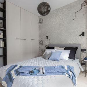 Mała sypialnia w bloku z ciekawą szarą tapetą i funkcjonalną zabudową meblową. Projekt i realizacja: Pracownia Architektury Wnętrz Decoroom. Zdjęcia i stylizacja: Marta Behling, Pion Poziom – fotografia wnętrz
