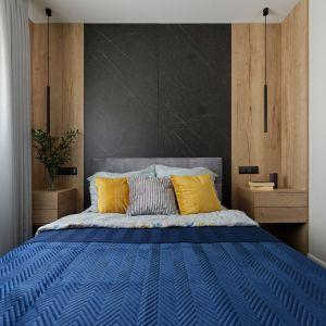 Mała sypialnia w bloku urządzona bardzo przytulnie. Projekt: pracownia M-Studio. Fot. Radek Słowik