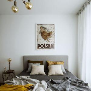 Mała sypialnia w bloku w jasnych kolorach. Projekt Poco Design. Fot. Yassen Hristov