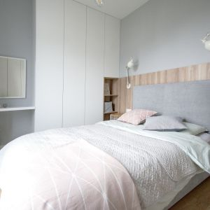 Mała sypialnia w bloku w jasnych kolorach. Projekt: Katarzyna Czechowicz, pracownia design me too. Fot. Katarzyna Czechowicz