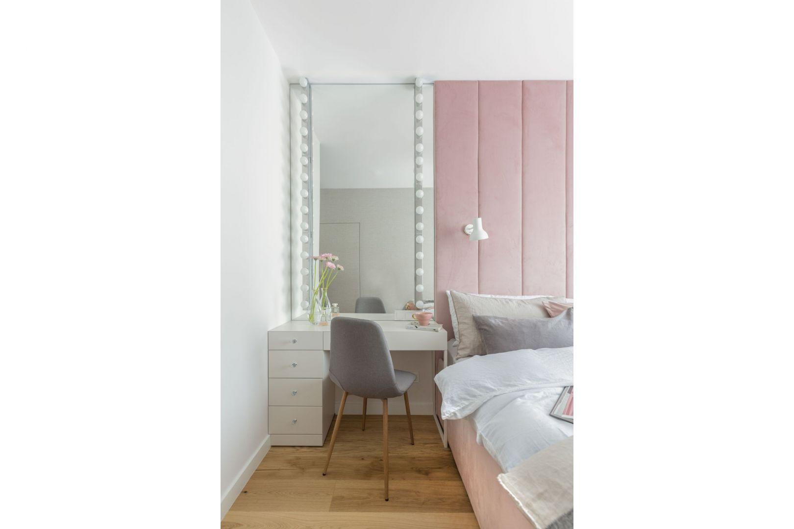 Często w sypialni pojawia się również toaletka. Tutaj powinniśmy zastosować oświetlenie o neutralnej barwie. Projekt: Decoroom. Fot. Marta Behling, Pion Poziom