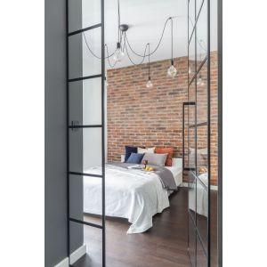 Nie bójmy się dodatkowych lamp w sypialni, ponieważ to dzięki nim wprowadzimy do wnętrza przytulny nastrój. Projekt: Decoroom. Fot. Marta Behling, Pion Poziom