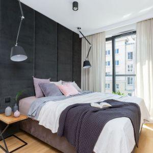 Podczas projektowania ilości i rozmieszczenia punków świetlnych w sypialni, ważne jest by dostosować je również do funkcji, jakie ma spełniać wnętrze. Projekt: Decoroom. Fot. Marta Behling, Pion Poziom