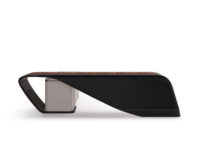 Konstrukcja 3-metrowej drewnianej ramy  biurka Styal  pokrytej skórą lub fornirem została wyważona w swoich proporcjach dzięki zastosowaniu krzywizn. Fot. Bentley Home