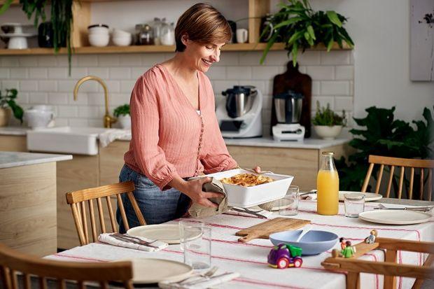 Pogodzenie obowiązków mamy z pracą zawodową to nie lada wyzwanie, zwłaszcza w kwestii rozplanowania posiłków dla rodziny. Zależy nam, by dzieci jadły zdrowo i różnorodnie, z drugiej strony doba nie jest z gumy, czas po pracy ograniczony, a przy