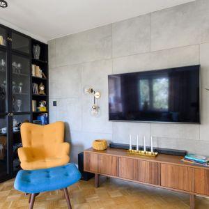 Drewniana szafka pod telewizor w salonie Projekt: Katarzyna Uziembło, Duet Studio. Fot. Duet Studio