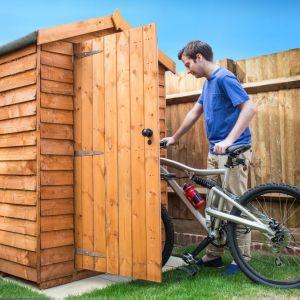 Drewniany domek z łatwością dopasujemy do naszych potrzeb i gabarytów przechowywanych wewnątrz akcesoriów. Fot. JAF Polska