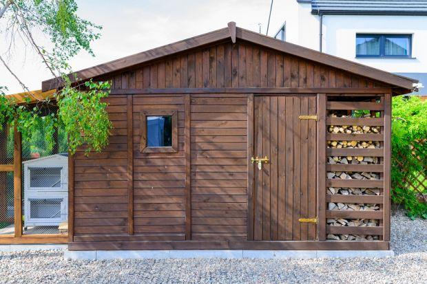 Nieduży, drewniany domek to świetne miejsce na przechowywanie mebli ogrodowych, kosiarki, roweru czy grilla. Jest łatwy w montażu i zbudujesz go bez pozwolenie. Poza tym bez trudu wpisze się w otoczenie nowoczesnego, minimalistycznego domu.