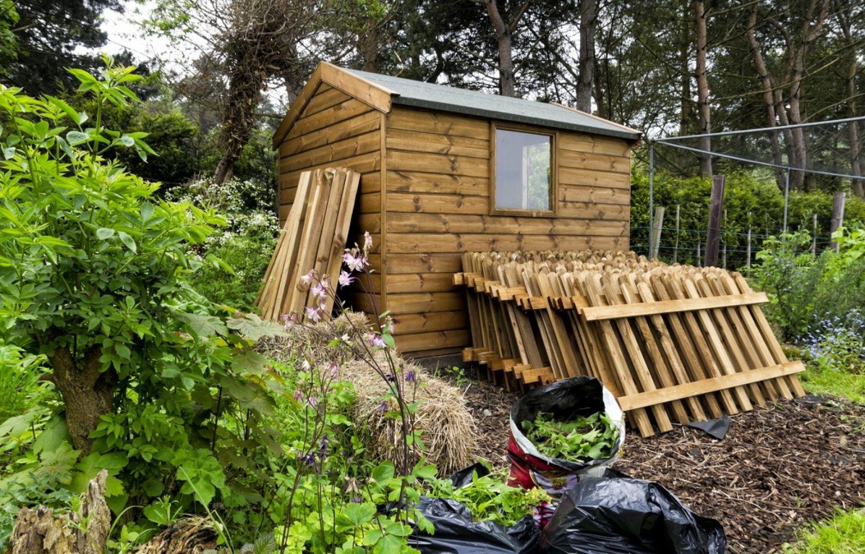 Domki i samochodowe wiaty z drewna, czyli carporty, bez trudu wpisują się w otoczenie nowoczesnego, minimalistycznego domu. Fot. JAF Polska