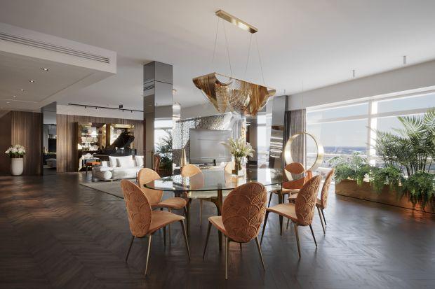 W tym wnętrzu spotykają się elementy art deco z nowoczesnymi detalami. Ciepłe kolory ziemi piękniełączą się z naturalnymi materiałami i graficznymi akcentami. Apartament na Złotej 44 w Warszawie to przestrzeń dla wielbicieli luksusowych mare