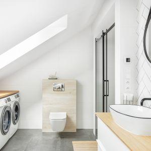 Jasna łazienka z wanną i prysznice. Realizacja: YACH. Fot. Anna Laskowska