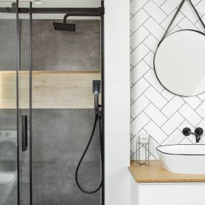 Piękne, okrągłe lustro w łazience. Realizacja: YACH. Fot. Anna Laskowska
