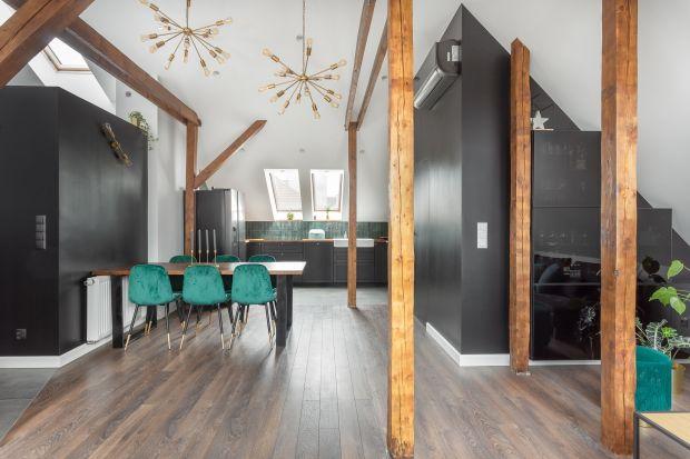 Klimatyczne prawie stumetrowe mieszkanie na poddaszu znajduje się w budynku z lat 50. Wnętrze zaprojektowano wnowoczesnym stylu opartym na klasycznym połączeniu bieli i czerń.Jestprzytulne i ponadczasowe.