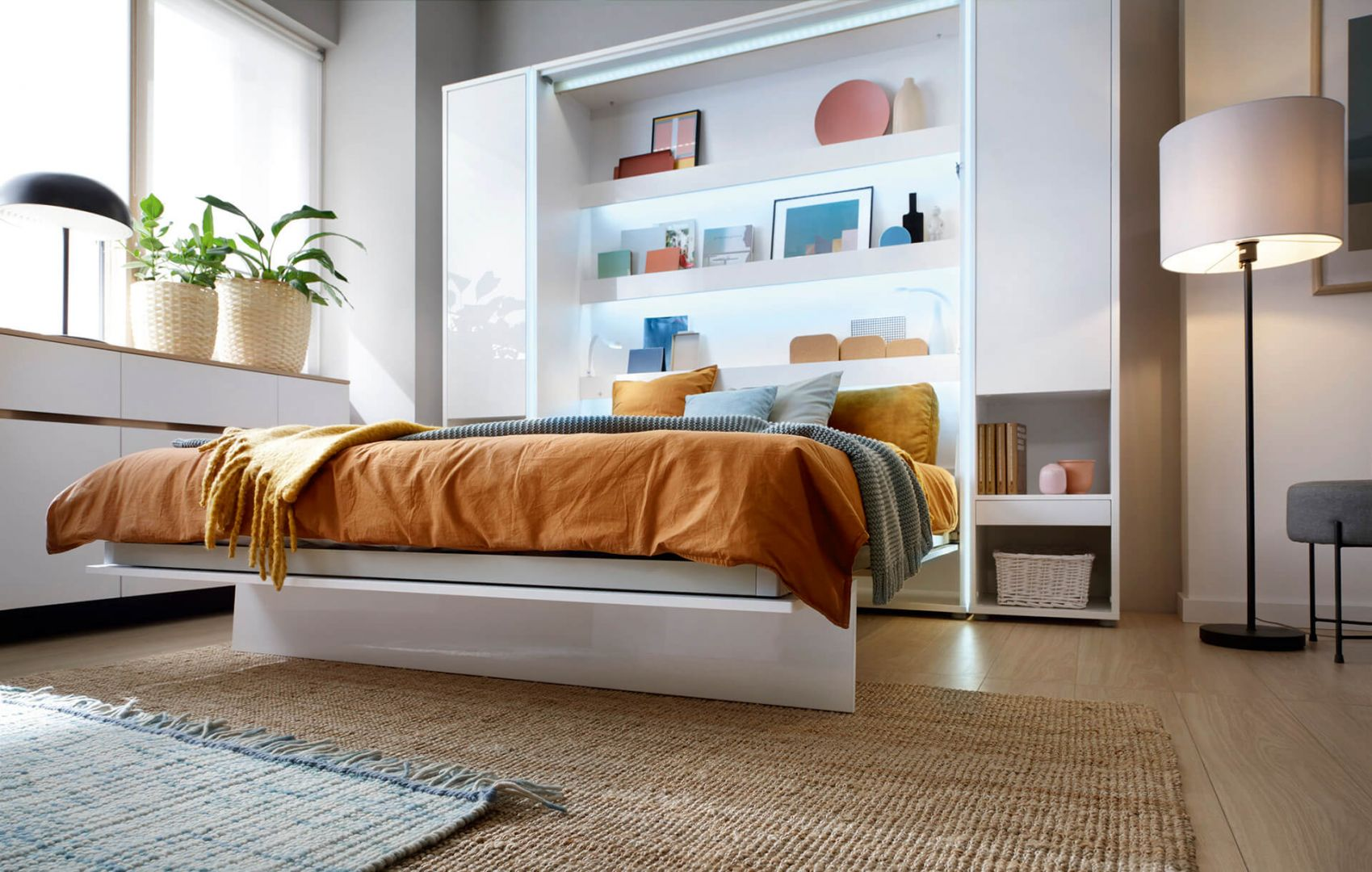 Półkotapczan wyposażono w bardzo praktyczne pasy spinające pościel, dzięki którym poduszki i kołdra znikają razem z łóżkiem. Fot. Dignet Lenart