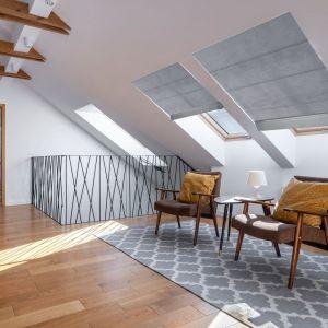 Najnowocześniejsze systemy rolet rzymskich do okien dachowych oparte są na subtelnych prowadnicach instalowanych po wewnętrznej stronie otworu okiennego. Fot. Marcin Dekor