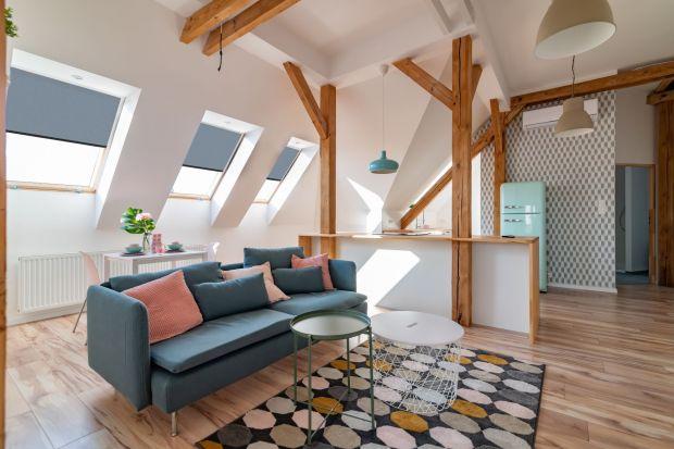 Dekoracja okna dachowego na poddaszu będzie dużo większymwyzwaniem niż tradycyjnego okna w salonie. Może być jednak równie piękna i efektowna? Jak to zrobić? Zobaczkilka fajnych pomysłów na aranżację okien dachowych.<br /><br /