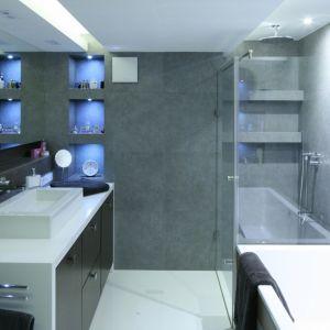 Łazienka w stylu soft loft z łazienką i prysznicem. Projekt: Agnieszka Hajdas-Obajtek. Fot. Bartosz Jarosz