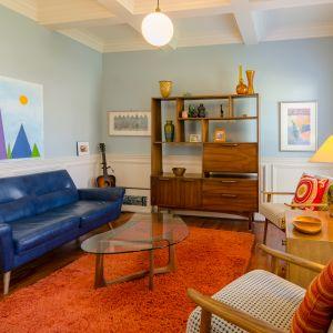 """Ciekawym połączeniem w pomieszczeniu jest miks stylistyki industrialnej i vintage. Fot. WPBM """"Mój Dom"""""""