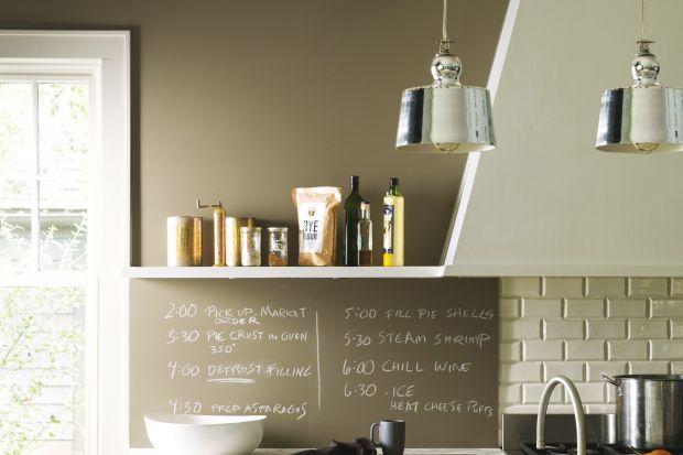 Farba tablicowa na rynku dostępna jest już od kilku dobrych lat. Uznanie zyskała zarówno w biurach, jak i w prywatnych mieszkaniach. I choć najczęściej używana jest do malowania ścian, to czy można wykorzystać ją do innych powierzchni? Szczeg�