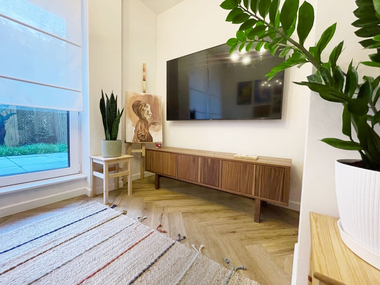Jasny salon  łączy klasykę z elementami stylu eklektycznego. Projekt i zdjęcia: Duch Projektanci
