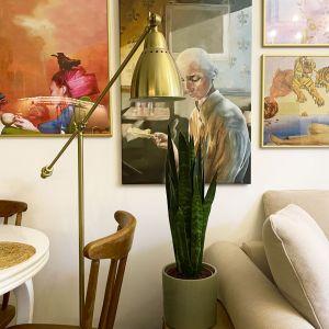 Ścianę nad sofą zdobi niesamowita galeria obrazów i grafik (od Beksińskiego, przez Etam Cru, Vincenta Van Gogha aż po Salvadora Daliego). Projekt i zdjęcia: Duch Projektanci