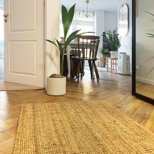 Jasny hol z drewnianą podłogą ułożoną w jodełkę. Projekt i zdjęcia: Duch Projektanci