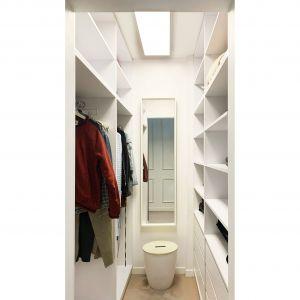 Wygodna, pojemna garderoba. Projekt i zdjęcia: Duch Projektanci
