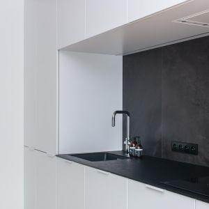 Czerń i biel to eleganckie, ponadczasowe zestawienie. W kuchni sprawdziło się idealnie. Projekt: Augustyna Grzybowska, pracownia MAS Estudio. Fot.  pracownia MAS Estudio