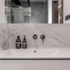 Jasna, nowoczesna łazienka. Projekt: Augustyna Grzybowska, pracownia MAS Estudio. Fot.  pracownia MAS Estudio