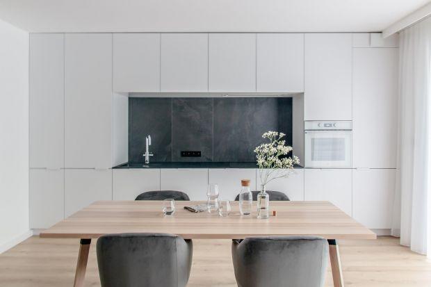 Wnętrze warszawskiego apartamentu jestminimalistyczne, eleganckie, ale przy tym bardzo przytulne. Znajdziemy tu szarości, czerń i biel oraz różnorodne faktury. Takie zestawienie sprawia, że wnętrze jest ciepłe w odbiorze, ale nie brakuje mu kl