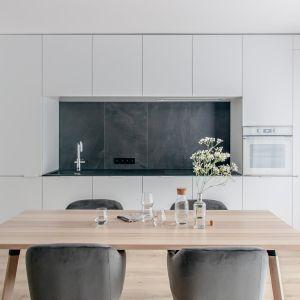 Wnętrze jest minimalistyczne, eleganckie, ale przy tym bardzo przytulne. Projekt: Augustyna Grzybowska, pracownia MAS Estudio. Fot.  pracownia MAS Estudio