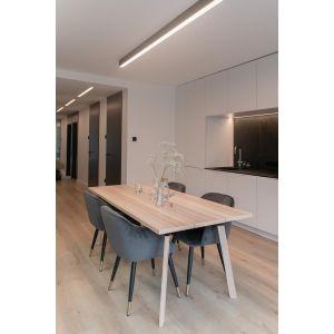 Kluczową rolę w projekcie wnętrza odegrało oświetlenie, zarówno to główne pełniące funkcję praktyczną, jak i dekoracyjne. Projekt: Augustyna Grzybowska, pracownia MAS Estudio. Fot.  pracownia MAS Estudio
