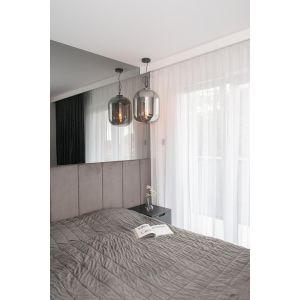 Lustro optycznie powiększa przestrzeń sypialni. Projekt: Augustyna Grzybowska, pracownia MAS Estudio. Fot.  pracownia MAS Estudio