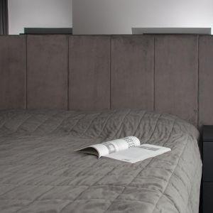 Tapicerowany zagłówek dodaje sypialni przytulności. Projekt: Augustyna Grzybowska, pracownia MAS Estudio. Fot.  pracownia MAS Estudio