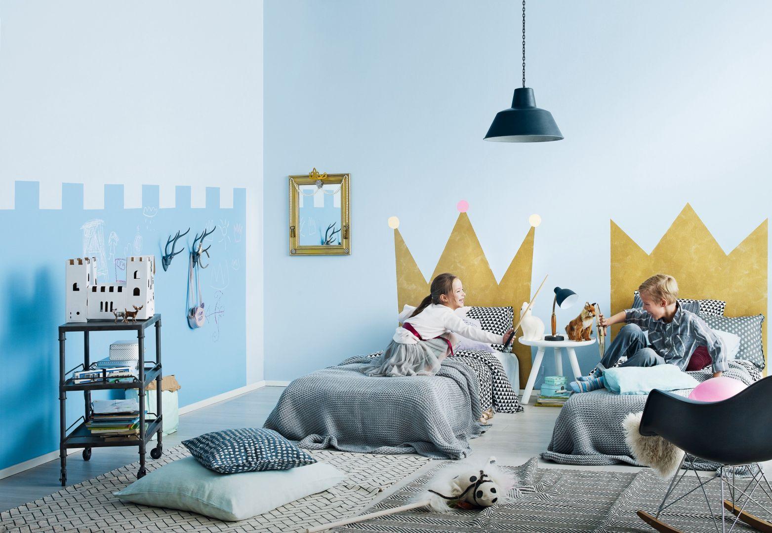 Pomysł na dekorację ściany w pokoju dziecka. Na zdj. Tikkurila Optiva Satin Matt 7 kolor Y353 Cumulus