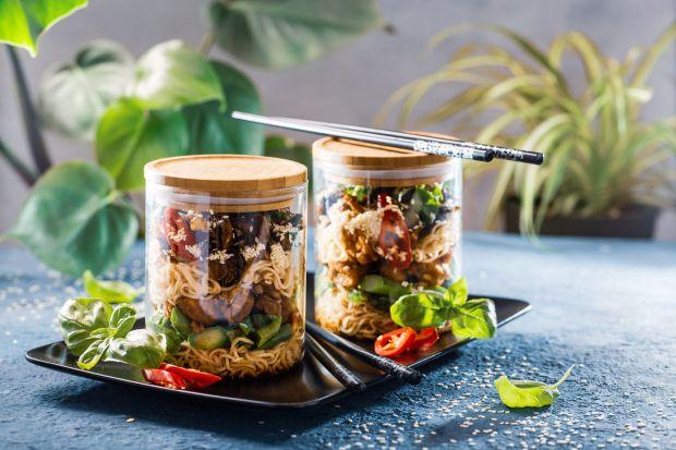 Sałatka w stylu tajskimjest niebanalnym połączeniem wyrazistych smaków i dodatków. Toidealna propozycja lunchu dla osób na diecie bezmięsnej.Zadowoli podniebienia fanów azjatyckiej kuchni.<br /><br />