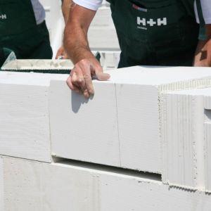 Dzięki wymiarom zgodnym z podstawowymi bloczkami PW idealnie licują się z płaszczyzną ściany, a otwór wewnątrz bloczków zapewnia gotowy pion wentylacyjny. Fot. H+H