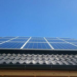 Najlepszym sposobem na redukcję poboru energii elektrycznej z sieci i obniżenie rachunków jest inwestycja w fotowoltaikę, którą można integrować z siecią inteligentnego domu. ot. Galeria Wnętrz Domar \ Omra