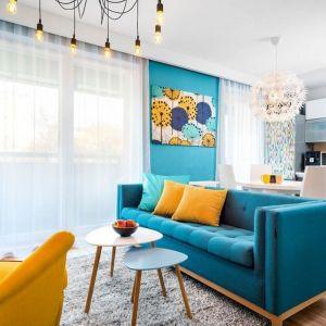 Ściany w salonie pomalowane żywą turkusową farbą. Autorka projektu: Krystyna Dziewanowska, pracownia Red Cube Design. Zdjęcia Mateusz Torbus 7TH IDEA.jpg