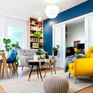 Ściana w salonie pomalowana farbą w granatowym kolorze. Projekt wnętrza: Krystyna Dziewanowska, Red Cube Design. Zdjęcia: Mateusz Torbus 7TH Idea