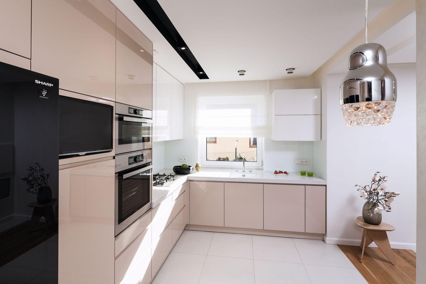Meble do kuchni w kolorze pudrowego różu pięknie łączą się z bielą oraz elementami czerni. Projekt: Agnieszka Hajdas-Obajtek. Fot. Bartosz Jarosz