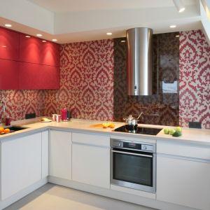 Świetny pomysł na zastosowanie koloru różowego w mocnym odcieniu, wpadającym w fuksję, w nowoczesnej kuchni. Projekt: Małgorzata Borzyszkowska. Fot. Bartosz Jarosz