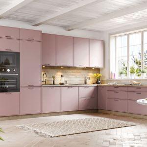 Różowe, pastelowe meble nie są nudne i monotonne, dzięki zestawieniu z dekorami drewna. Kuchnia KAMmono. Fot. KAM