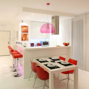 Dodatki w kolorze różowym ożywiają białą kuchnię. Projekt: Katarzyna Mikulska-Sękalska. Fot. Bartosz Jarosz