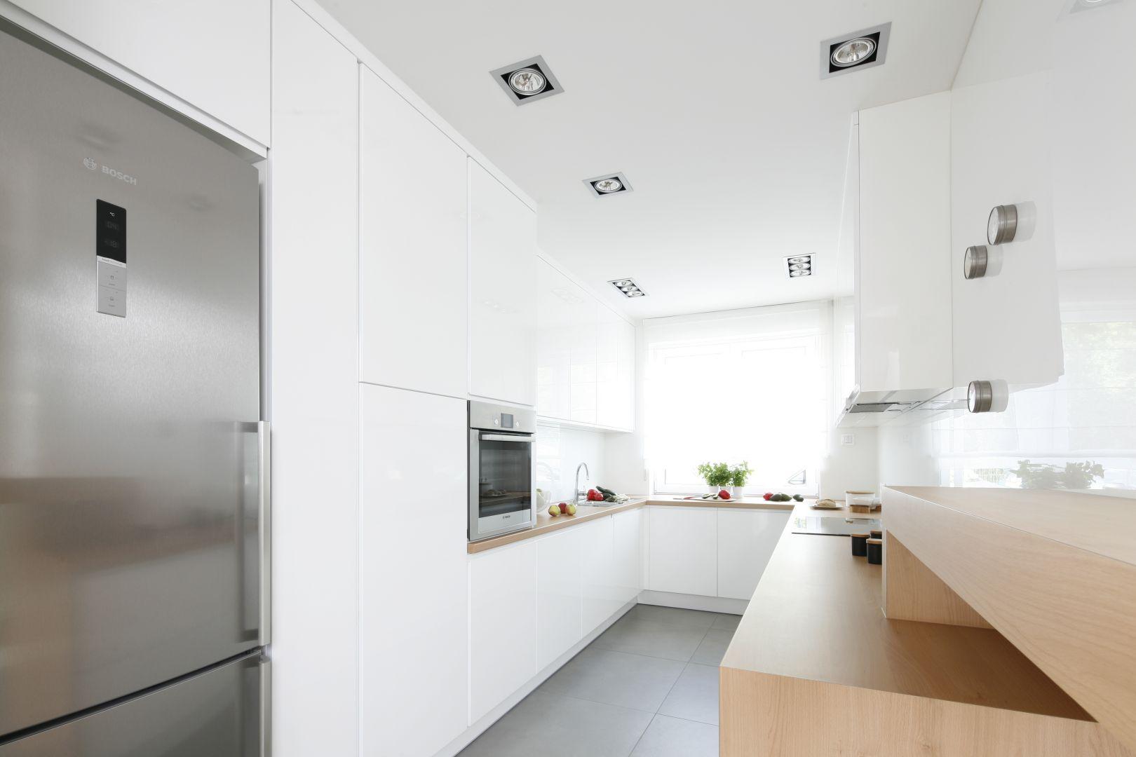 Biała kuchnia w formie litery U. Projekt Joanna Ochota. Fot. Bartosz Jarosz